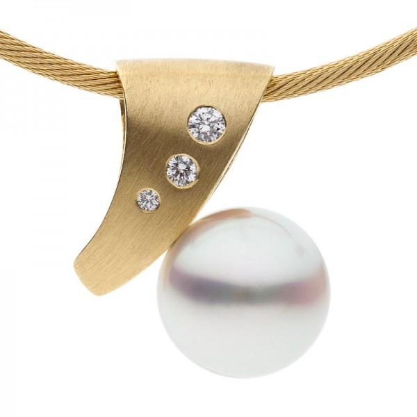 Pearl Pendant With Yellow Gold and Diamonds - The Arcadia