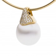 Yellow Gold Pendant With Pearl and Diamonds - The Pave Essence